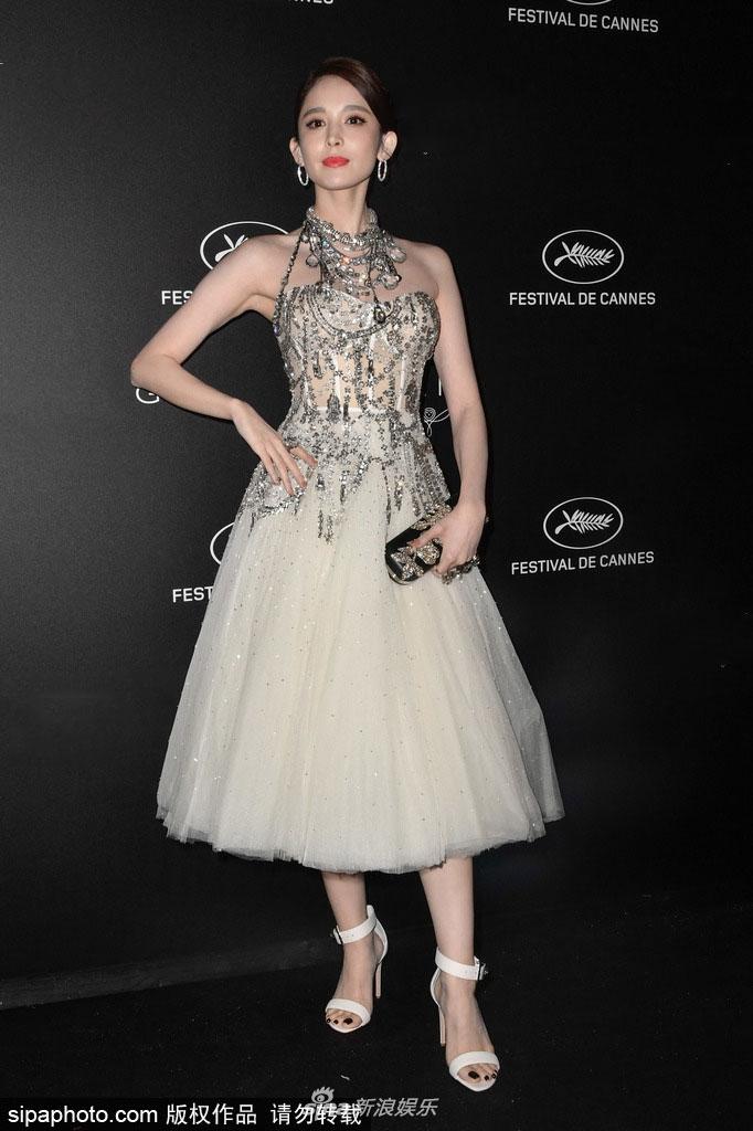 古力娜扎参加戛纳电影节晚宴 穿奢华复古礼裙优雅撩人