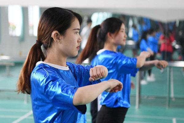 听障大学生艺术团舞出精彩人生 感知地板振动练舞