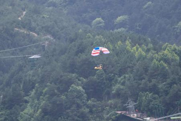 湖南平江动力伞玻璃桥上空撒花瓣为爱告白