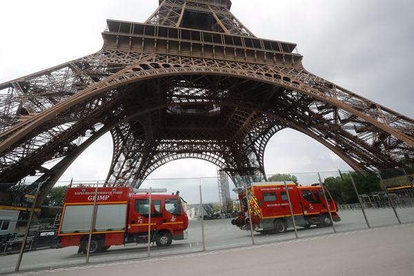 法国男子徒手攀爬埃菲尔铁塔被警方逮捕
