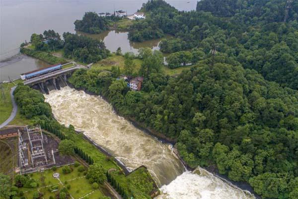 暴雨致水位超汛限 江西江口水库今年首次开闸
