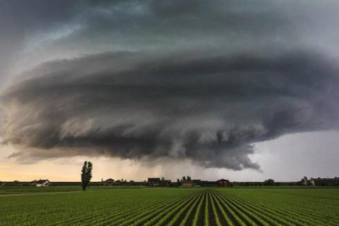 """""""宇宙飞船""""盘旋意大利上空 摄影师记录欧洲巨大风暴"""