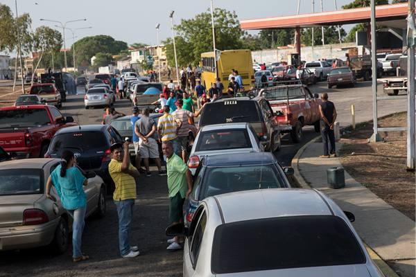 委内瑞拉现1.6公里加油车龙 司机彻夜排队等加油