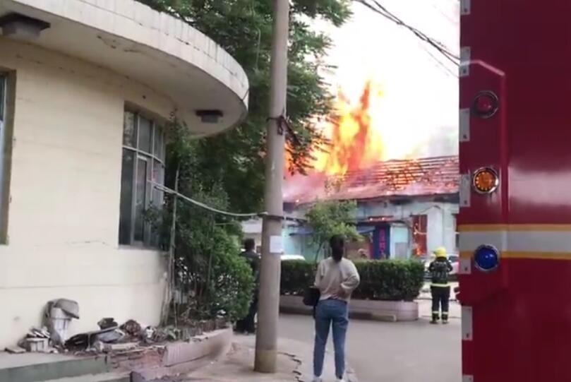 西安环城东路建国门外一处房屋起火 现场火光冲天