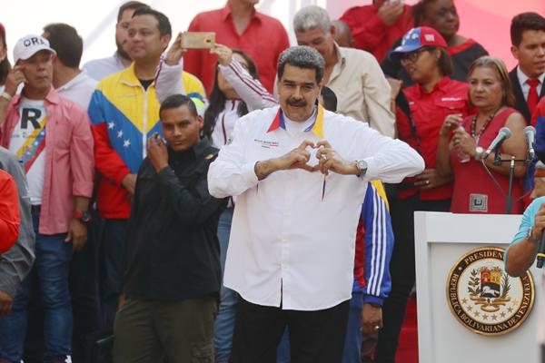 """委内瑞拉总统马杜罗举行集会向民众""""比心"""""""
