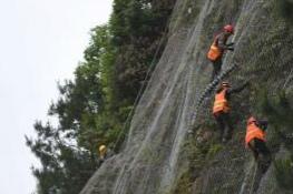 """贵州台江峭壁悬崖上的""""蜘蛛人"""""""
