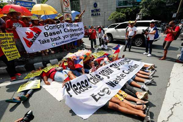"""菲律宾环保组织""""躺尸""""抗议 要求加拿大政府运走垃圾"""