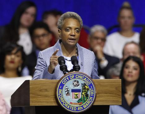 美国芝加哥首位黑人女市长就职 称将改革进行到底