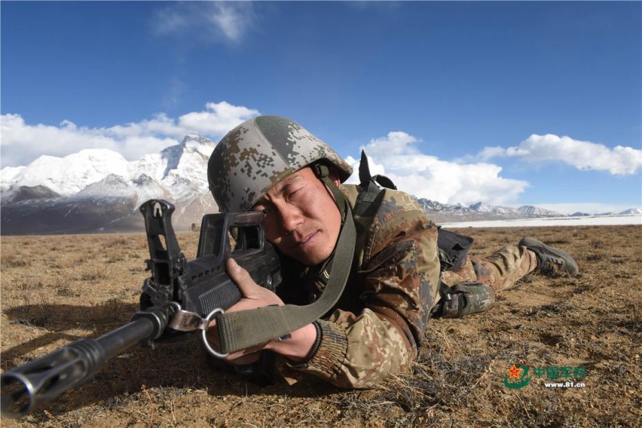 炮兵跨海拔机动 雪山脚下实弹射击场面震撼