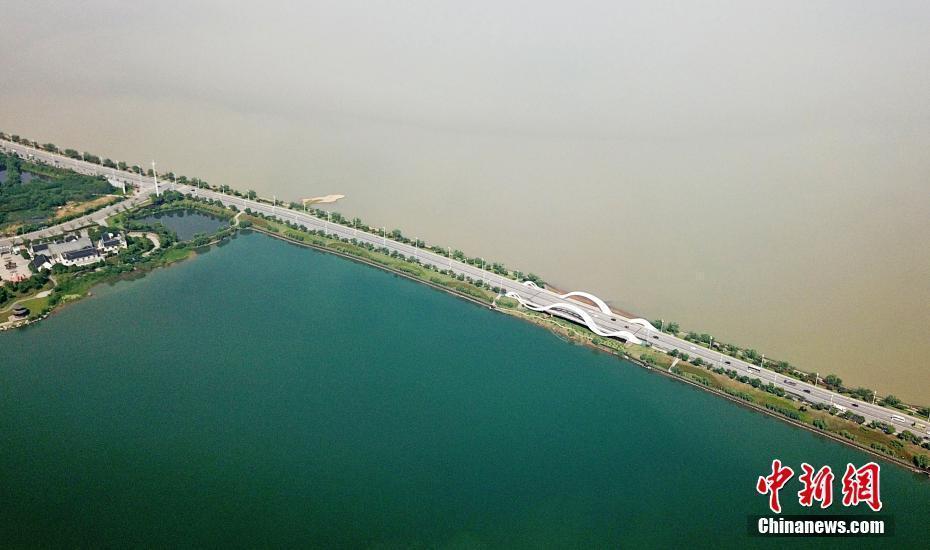 """航拍江西九江八里湖现""""一湖双色""""景观"""