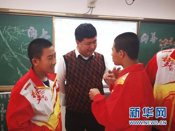 """残疾青年洪润浩:""""世界以痛吻我,我愿报之以歌"""""""
