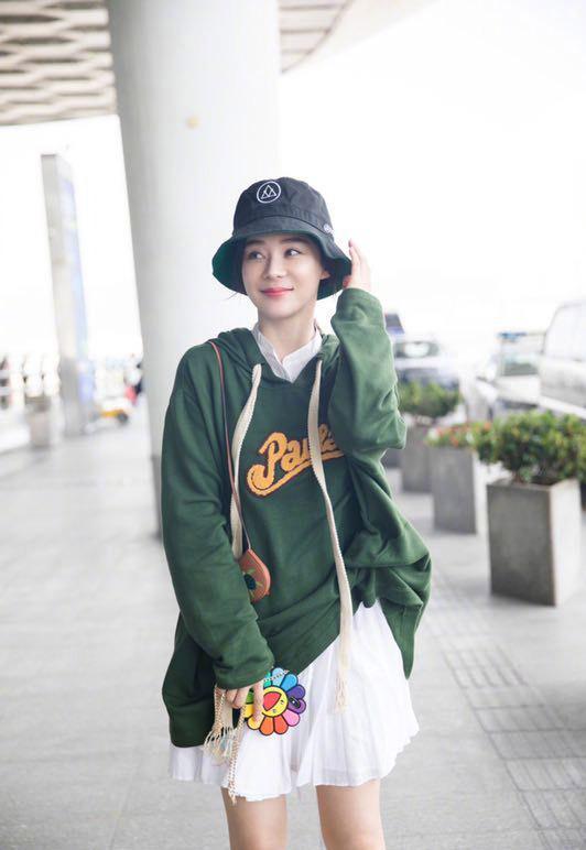"""袁姗姗真是胖着玩的,绿色卫衣半身裙双腿细成""""香肠"""",太减龄了"""