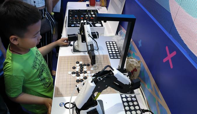 2019北京科技周开幕 小观众与机器人下五子棋