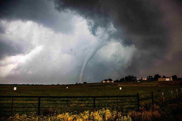 美国中部不到两天遭遇30场龙卷风多地房屋倒塌