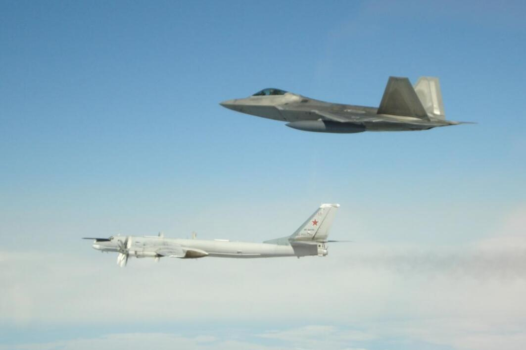 俄4架轟炸機逼近阿拉斯加 美出動F-22機群攔截