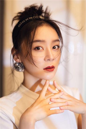 袁姗姗最新大年夜片 复古红妆容尽显优雅明媚