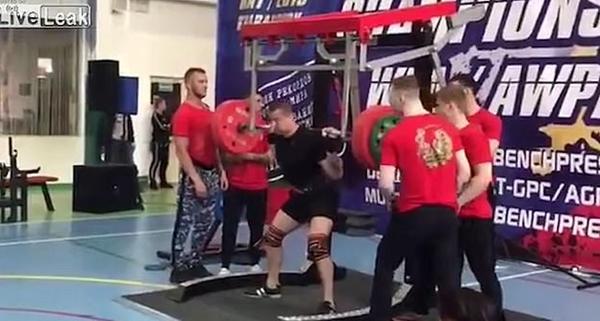 俄一运动员深蹲250公斤发生意外致腿骨断裂