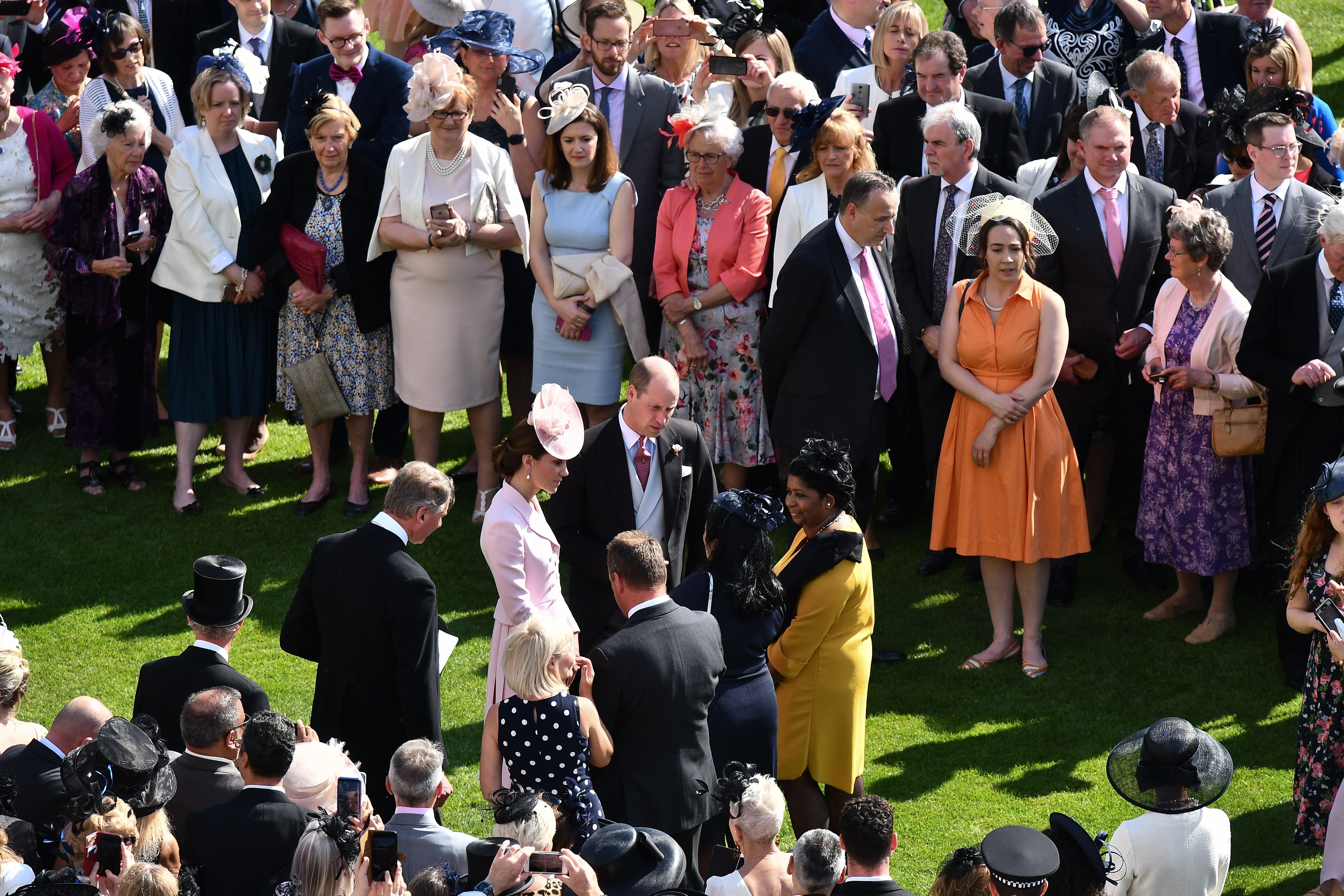 英国王室举办花园聚会 伊丽莎白女王蓝衣花帽神采飞扬