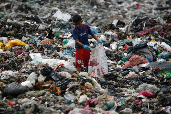 拒做垃圾場!馬來西亞把塑料垃圾送迴源頭國