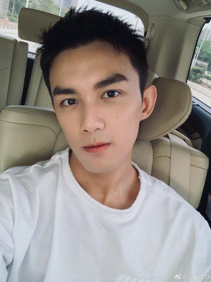 吴磊穿白T车内自拍 新剪寸头发型帅气清爽又很man
