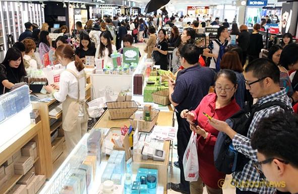 韩媒:4月访韩中国游客约49万人次 同比增加三成