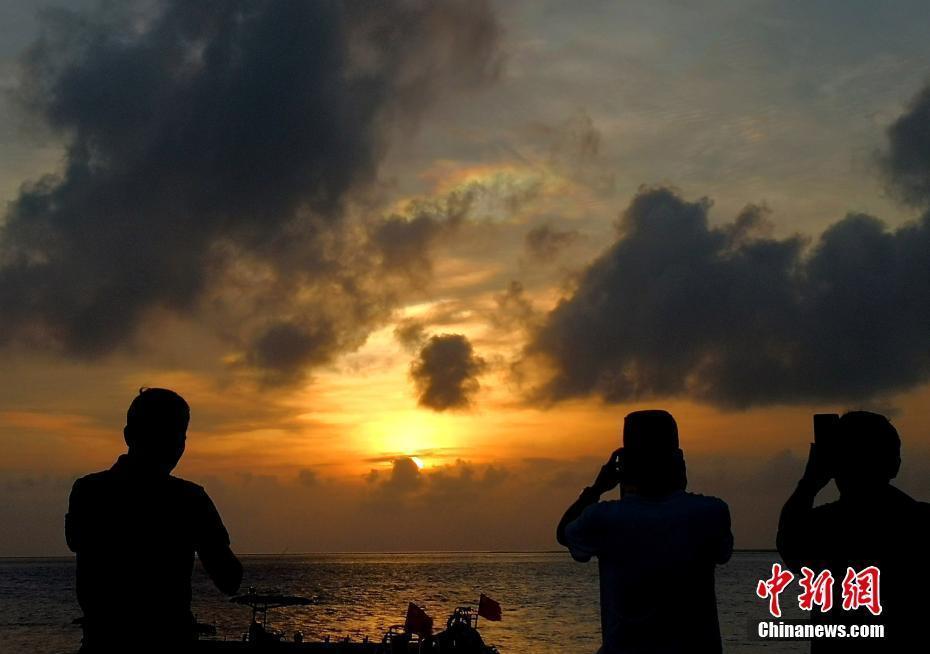 西沙群岛鸭公岛上空现七彩祥云景观