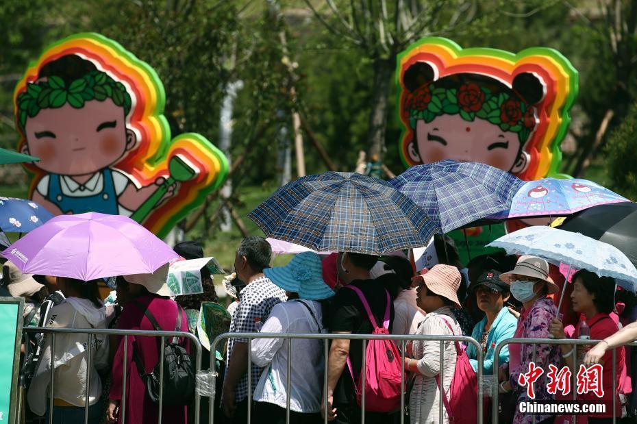 """北京""""高调""""入夏 烈日高温难阻游客参观世园会热情"""