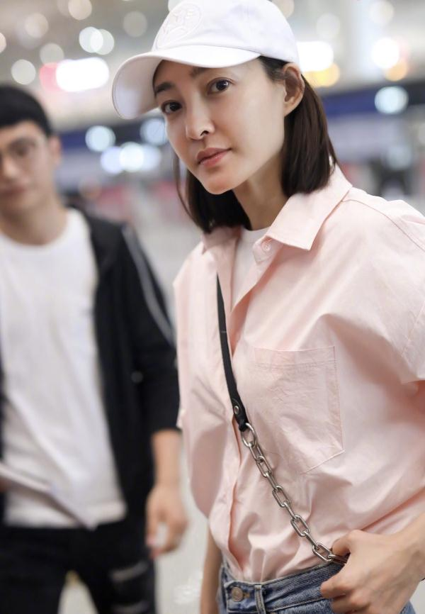 王丽坤素颜现机场,皮肤白皙闪光,只是嘴角下垂初现老态