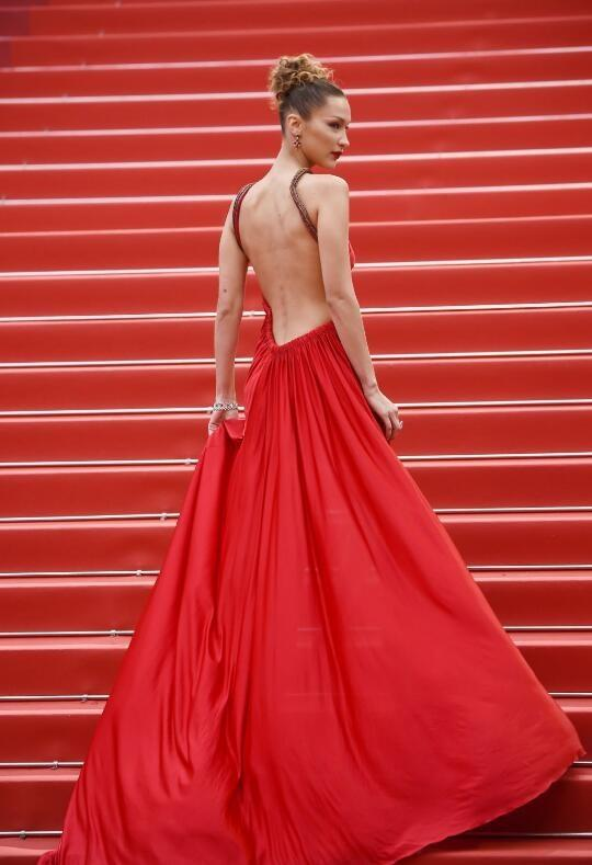 """红毯上只会穿红色?还高调露出一条腿,只为成""""菲林杀手""""?"""