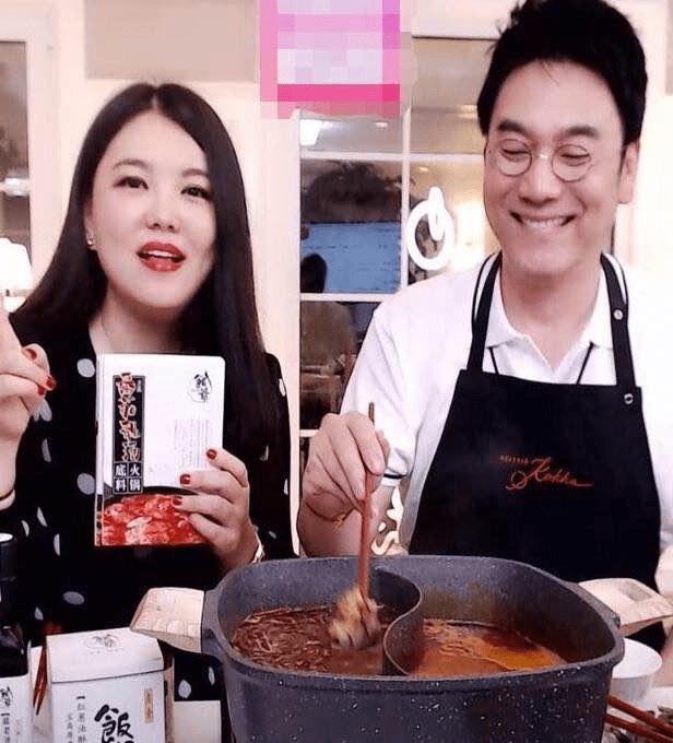 豪门阔太李湘变身网红直播卖拌饭酱,2万块1套的餐具抢镜了