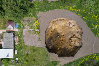 俄罗斯一村庄附近现15米深大坑