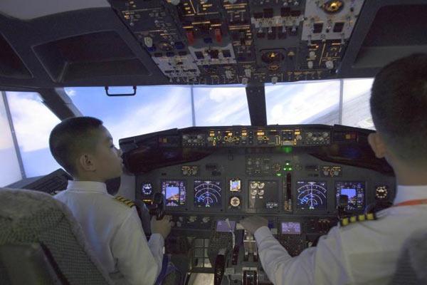 """哈尔滨小学生变身""""飞机驾驶员"""" 体验AR飞行"""