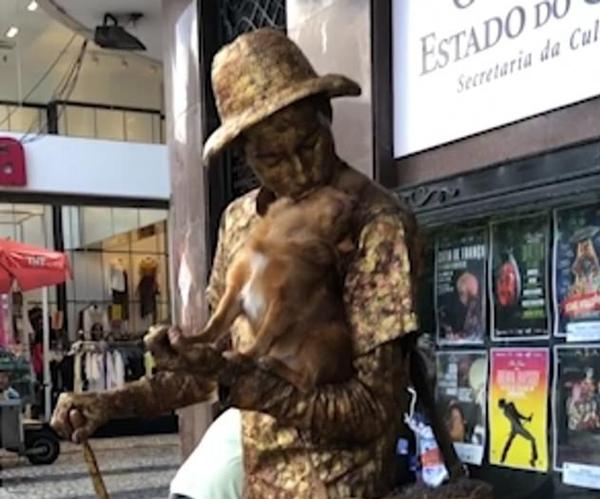 巴西街头一博美犬与活人雕像完美配合实力表演