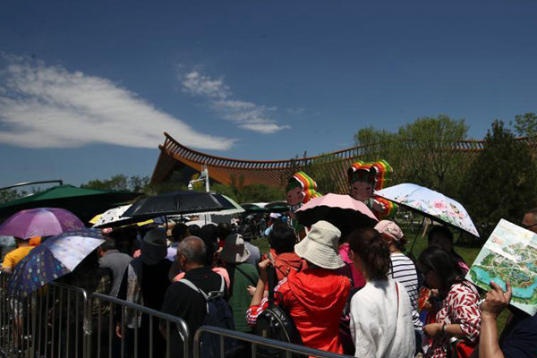 """北京""""高调""""入夏 高温难阻游客参观世园会热情"""