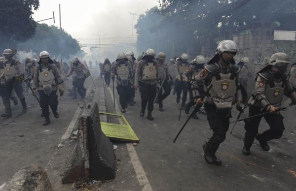 印尼警方宣布已驱散街头抗议人群,有参与者疑受雇佣