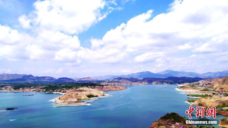 甘肃黄河三峡夏日水天一色碧波荡漾
