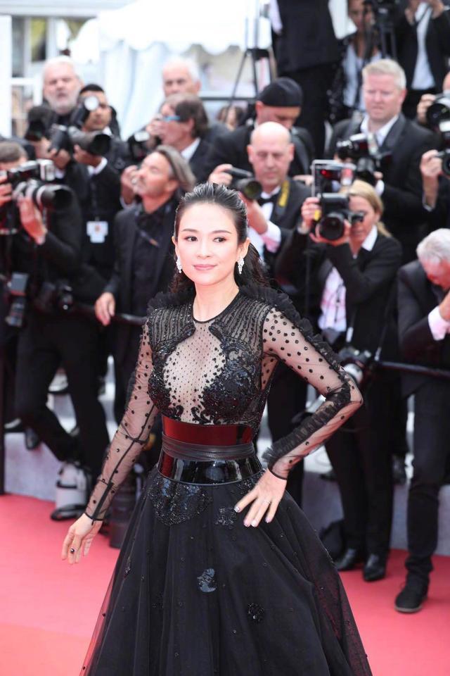 章子怡桂纶镁同台争艳,都是穿黑色礼裙,差5岁风格就这么不同?
