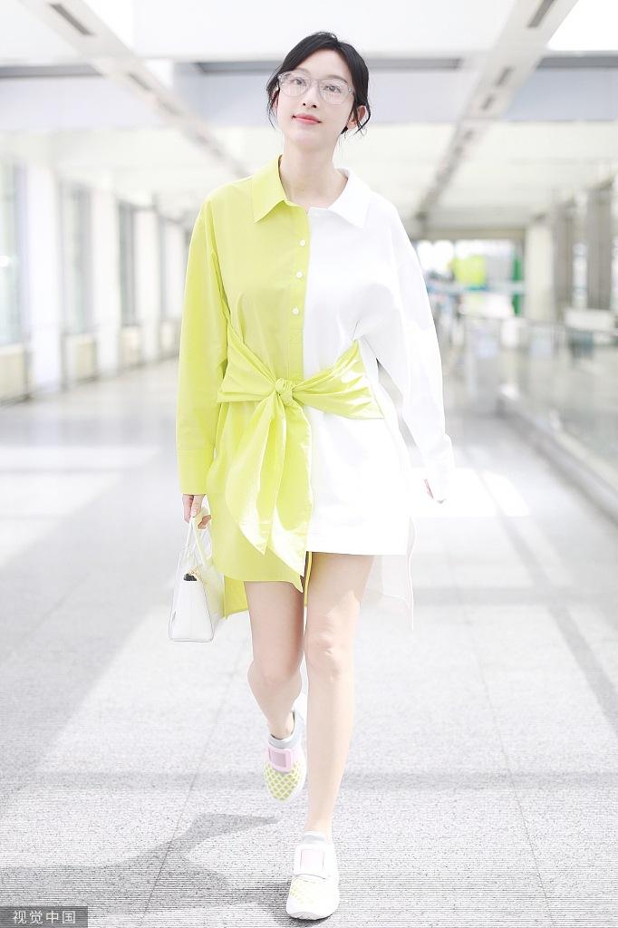 张俪穿黄白撞色衬衫露长腿 减龄穿搭似雪糕可爱迷人