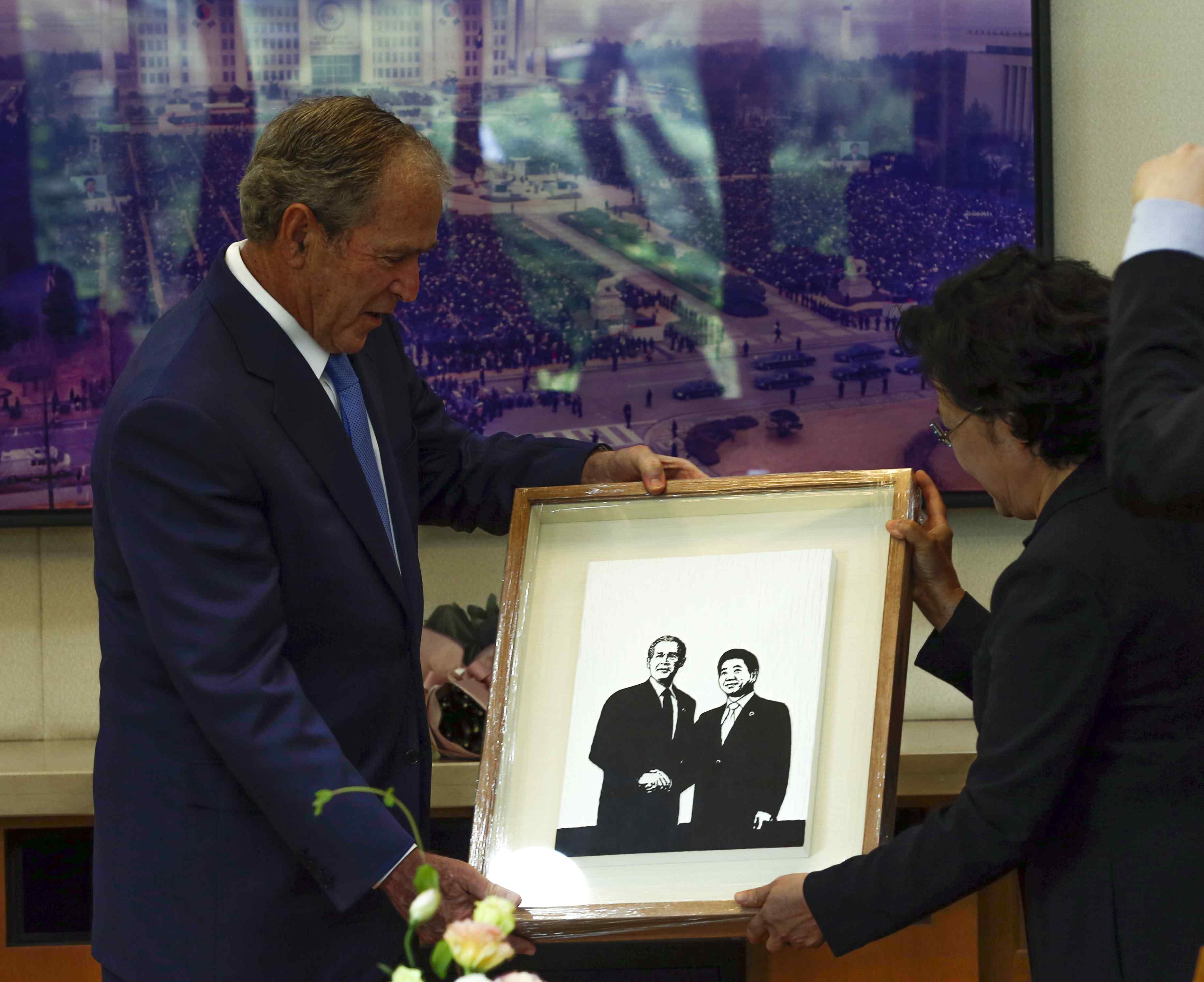 小布什出席卢武铉追悼会 亲绘卢武铉肖像画送其遗孀