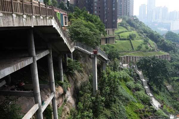 """重庆现""""魔鬼归家路"""" 市民回家先爬山"""