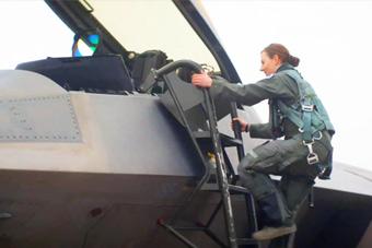 美军F-22女飞再度亮相 能开世界最强战机不简单