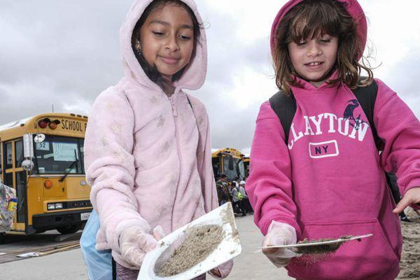 """4000名学生参加""""儿童海洋日""""的海滩活动"""