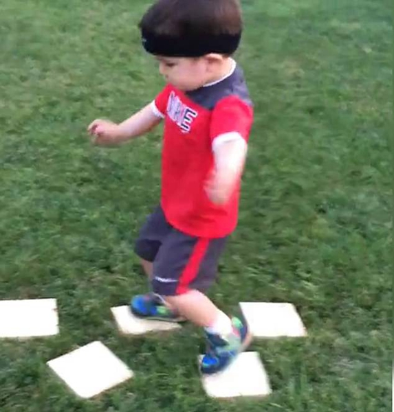 忍者特训!美学步儿童坚忍不拔攻克简易障碍跑