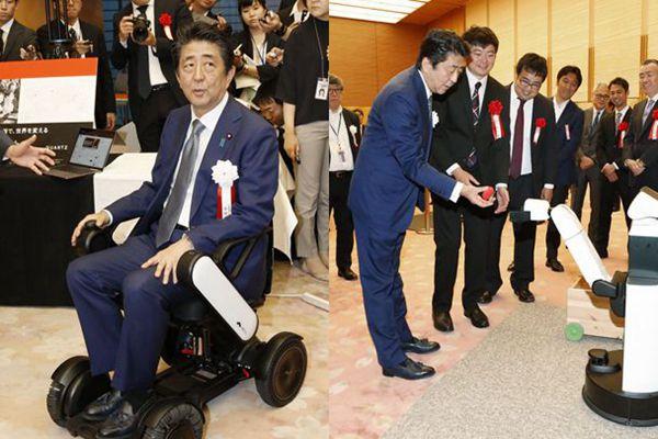 安倍出席日本创业大奖颁奖仪式 体验电动轮椅