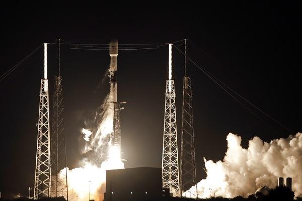 SpaceX发射首批60颗互联网卫星