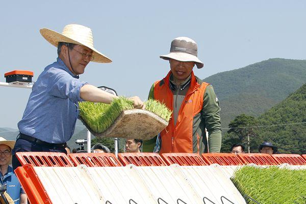 韩国总统文在寅视察农村 亲和力十足