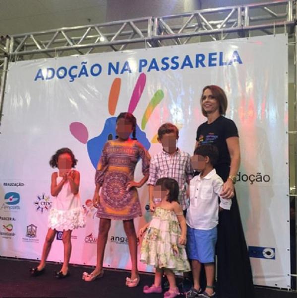 巴西一领养机构让四岁孤儿商场走秀引民众反感