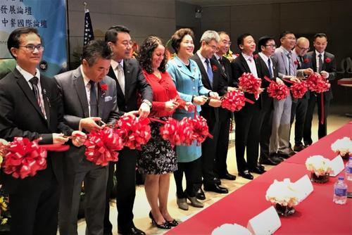 中国侨网中餐国际论坛开幕剪彩,包括世界中餐业联合会会长杨柳(左五)、中国驻芝加哥总领馆总领事赵建(左六)等人,均出席活动。(美国《世界日报》/黄惠玲 摄)