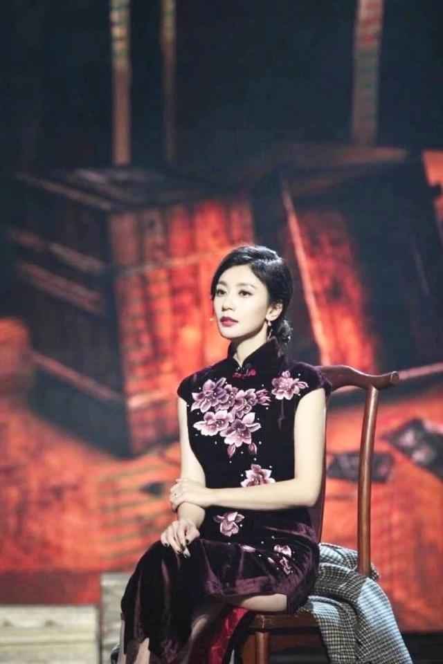 贾静雯的旗袍造型,凸显了她的曼妙身材