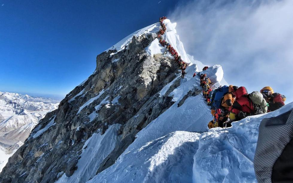 """珠峰""""大堵车"""":8000米""""死亡区""""排队3小时 一天内3人死亡"""